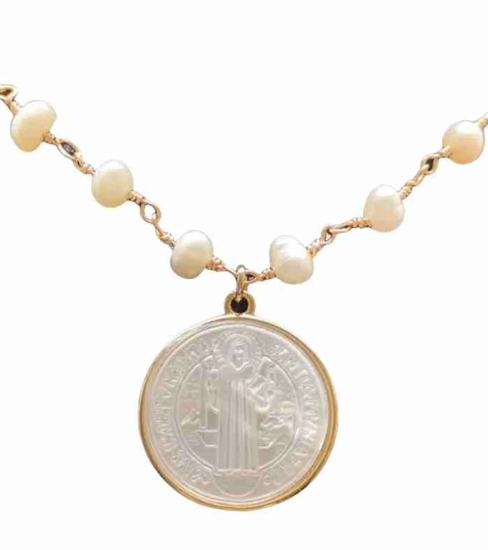 Medalla San Benito y collar perla madre